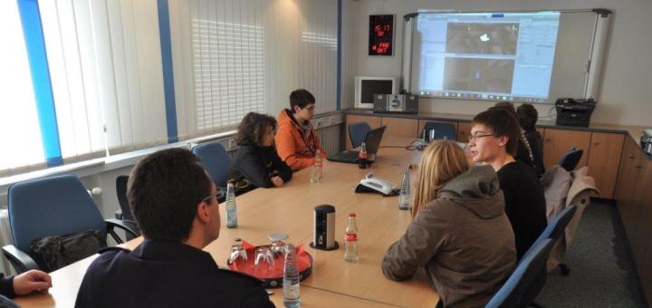 Ein Konferenztisch mit unserer Roboter AG.